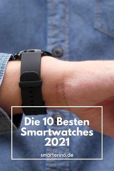Die smarten Uhren haben sich durchgesetzt. Mehr als jeder dritte Deutsche trägt eine Smartwatch. Wir stellen die 10 besten Smartwatch-Modelle für das Jahr 2021 vor. Apple Watch, Samsung Galaxy Watch, Garmin oder Fitbit. Es gibt zahlreiche Smartwatchmodelle. Eine Smartwatch ist ein wertvoller Begleiter im Alltag. Eine solche Uhr holt clevere Funktionen des Smartphones direkt ans Handgelenk. Nachrichten Anzeige, bargeldloses Zahlen im Supermarkt (NFC) sind nur ein Teil der Funktionen. Fitbit, Smartwatch Features, Smartphones, Smart Watch, Samsung Galaxy, Numbers, Messages, German, Clock