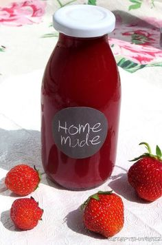 Ein selbstgemachtes Erdbeersirup mit frischen Erdbeeren ist schnell zubereitet und schmeckt viel besser als jedes gekauftes. Außerdem weiß man genau was drin ist. Das Rezept benötigt nur wenige Zutate