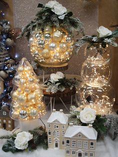Per una vetrina natalizia appariscente e elegantissima. Una boule in vetro riampita con palline natalizie e illuminata con luci led. Scopri le idee natalizie più belle del web e prendi spunto per creare la tua vetrina di Natale.
