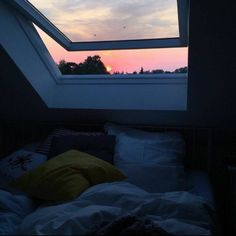 Cozy room - Via on bedroom interiordesign bed cozy window sunset pillows home Dream Rooms, Dream Bedroom, Home Bedroom, Bedroom Decor, Bedrooms, Night Bedroom, Nature Bedroom, City Bedroom, Forest Bedroom
