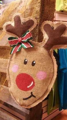 Quelle façon mignonne pour décorer votre porte pour les fêtes ! Ce renne est peint avec amour à la main et sera le parler de votre famille &