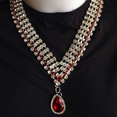 Collana in cristallo rosso e trasparente di forma triangolare fatta a mano.  Per info:  Info@oro18.eu FB: oro18 fantasie creative