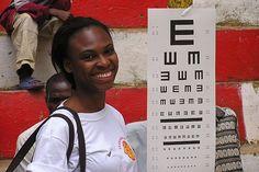 Un'operatrice per la salute visita gli occhi degli abitanti di un villaggio povero dei Caraibi