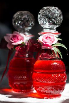 Rosensirup: Anmutig wie ein Flacon Parfüm – edler kann ein Sirup kaum sein! Ein Spritzer davon verwandelt jedes Mineralwasser in edelste Rosenlimonade.