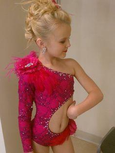 Me encanta el corte del leotardo y el color. Sería una buena fuente de inspiración para un vestido de belly para niñas.
