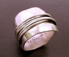 Dieser schöne Ring verfügt über einen schönen asymmetrische breiten Streifen des Pfundes bedruckt mit Papier für die Textur, die rund um und auf sich selbst wickelt. Die single-Band ist mit langen Streifen von Sterling, die wrap-around und Strecke ab auf der Rückseite verziert. Leicht oxidiert mit dunkler Patina, die Spalten innerhalb der geflochtenen Drähte zu verbessern. Dieser Ring hat sich auf einem quadratischen Dorn für ein besonders angenehmes Tragegefühl gebildet.  Schicksal: Einige…