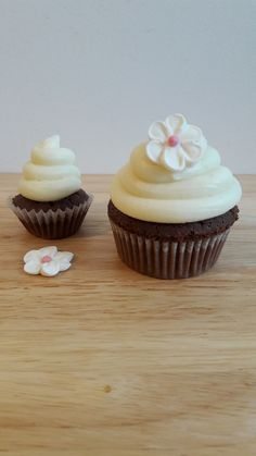 ...Cupcakes en noir et blanc... (La Table de Clara) Dessert Light, Dessert Original, Mini Cupcakes, Table, Food, Chocolates, Recipe, Pageants, Greedy People