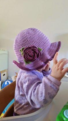 For nylig hoppede denne hæklede sommerhat til yngste-ynglet af nålen. Opskriften er min egen, ligeså er den unge dame. For en gangs sk... Knit Crochet, Crochet Hats, Baby Hats, Mittens, Knitted Hats, Diy And Crafts, Beanie, Tapestry, Blog