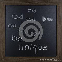 Schließen Sie oben von einem Motivationsbild auf einer Tafel Seien Sie einzigartig
