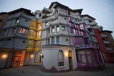 """La """"Maison des Schtroumpfs"""", 23-29 rue Louis-Favre, quartier des Grottes à Genève. Réalisée entre 1982 et 1984, cette construction a été conçue par les architectes Robert Frei, Christian Hunzicker et Georges Berthoud."""
