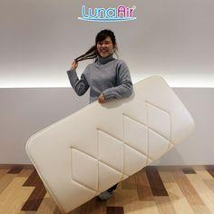 たった厚み3cm、重量3.2kgというダイヤ18は、その薄くて軽いということに加え、弾力のある特殊素材「L-fiber」が体圧をしっかり分散させるため、寝心地よく身体全体をしっかりとサポートします。女性でもこのダブルサイズを軽々持ち運べます。 Tub Chair, Accent Chairs, Furniture, Home Decor, Upholstered Chairs, Decoration Home, Room Decor, Home Furnishings, Home Interior Design