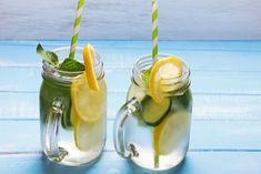 Detox Wasser mit Zitrone und Gurke Healthy Eating Tips, Healthy Nutrition, Infused Water Recipes, Vegetable Drinks, Fruit Recipes, Detox Drinks, Herbalife, Moscow Mule Mugs, Fruits And Vegetables