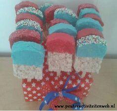 Zeg nou zelf....dit ziet er toch gezellig uit? Het is een rijstwafel die je voorzichtig snijdt in de vorm van een ijsje. Aan de onderkant prik je een ijsstokje. Je doopt de rijstwafel in de (warme) chocolade met wat (voedings)kleurstof doorheen. Daarna doe je er wat spikkels of suiker overheen en voilà... smullen maar. www.peuteractiviteitenweb.nl Birthday Party At Home, Birthday Treats, Birthday Gifts, It's Your Birthday, Kids Party Treats, Cinderella Party, Home Baking, Childrens Party, Food Gifts