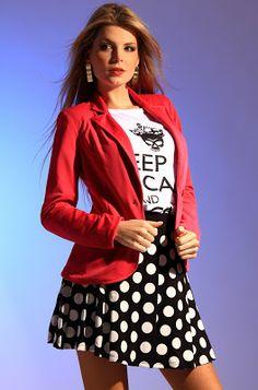 """A forte influência das T-shirts continua, aqui com uma frase muito famosa que ganhou espaço das redes sociais que é o """"Keep Calm..."""" com frases de alto estima é assim que fica o look com as camisas, divertido e descolado. Acompada pela saia rodada grand poá e o blazer rosa pink, deixa subentendido o estilo rock'n'roll."""
