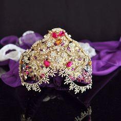 Kına taçlarımızla ilgili DM'den bilgi alabilirsiniz. #modernkaftan #handmade #handmadejewelry