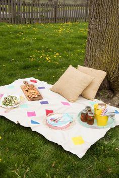 DIY Picnic Blanket   Click through for the tutorial or repin to save for later! Visit @cydconverse for DIY projects, party ideas, entertaining ideas and more!