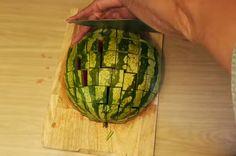 Hij snijdt een watermeloen in door de helft, wat hij daarna doet is BRILJANT! Dit ga ik in het vervolg altijd doen met een watermeloen! - Zelfmaak ideetjes