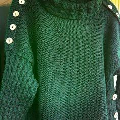 Изумрудный свитер с пуговицами