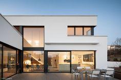 Diese Bauaufgabe ist eine Herausforderung für jeden Architekten: Ein Einfamilienhaus, auf einer Anhöhe in einer dicht bebauten Siedlung in Pfaffenhofen an der Ilm, musste so in seine enge Umgebung am Hang eingefügt werden, dass die...