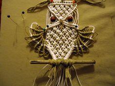 Ed ecco come procedere per le ali e la coda...        Torno a lavorare sui fili lasciati in sospeso quando ho lavorato il corpo del gufo.  ...