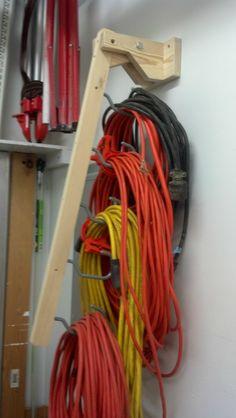 Barra de madera articulada para colgar los rollos de cable ordenados