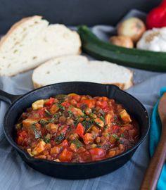 aromatisch, fruchtig und gesund. Ratatouille ist ein gesundes one-pot Gericht, das nicht nur kalorienarm, sondern auch vegan und low carb ist. Win!