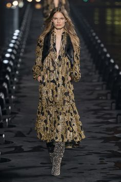 Saint Laurent Spring 2020 Ready-to-Wear Fashion Show Collection: See the complete Saint Laurent Spring 2020 Ready-to-Wear collection. Look 31 Fashion Wear, Fashion 2020, Paris Fashion, Runway Fashion, Boho Fashion, High Fashion, Fashion Looks, Fashion Outfits, Fashion Details