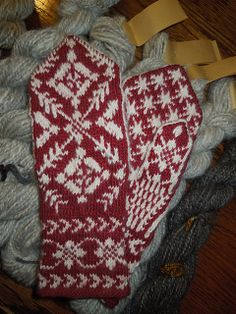 Free pattern - Rigmors Selbu mittens, pair pattern by Rigmor Duun Grande Knitted Mittens Pattern, Knit Mittens, Knitted Gloves, Knitting Socks, Hand Knitting, Knitting Charts, Knitting Stitches, Knitting Patterns, Crochet Patterns