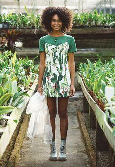 vem se inspirar nos cactos e suculentas, no verde pesto (cor super presente nas peças) – e naquela brisa fresca que sopra quando a gente corre ao ar livre! Farm Fashion, Fashion Brand, Verde Greenery, Summer Outfits, Summer Dresses, Mode Editorials, Cactus, Poses, Mixing Prints