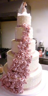 Torta nuziale con decorazioni a forma di #rosa per un matrimonio romantico e dolcissimo!