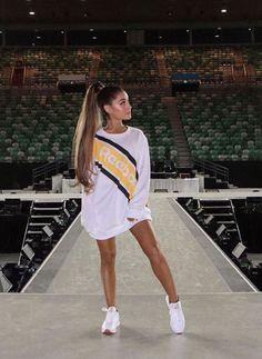 Ariana Grande em look todo reebok, usa tênis reebok classic