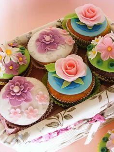 Cupcakes Mini lemon cupcakes by Call me cupcake Cinco De Mayo Party Cupcakes Flowers Cupcakes, Cupcakes Flores, Floral Cupcakes, Pretty Cupcakes, Beautiful Cupcakes, Yummy Cupcakes, Spring Cupcakes, Easter Cupcakes, Gourmet Cupcakes