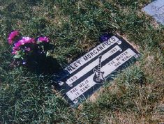The grave of Muddy Waters - Alsip, USA http://blues.blogs.wm.edu/archives/398/watersmuddy2