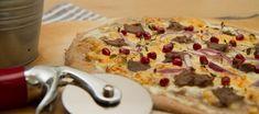 Hvit pizza med reinsdyr og granateple Yummy Lunch, Lunches And Dinners, Pizza, Desserts, Food, Tailgate Desserts, Deserts, Essen, Dessert