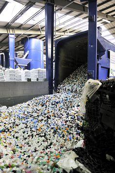 Vidage d'une #benne Paprec remplie de #bouchons plastiques. #recycling #recyclage   http://www.paprec.com/fr/comprendre-recyclage/recyclage-plastique/collecte-plastiques