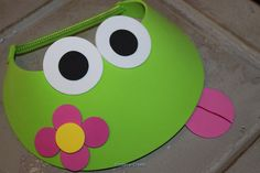 How to Make Frog Visors - Inspire-Create 1st Birthday Party Bags, Classroom Birthday, Mothers Day Crafts, Crafts For Kids, Arts And Crafts, Candy Flowers, Cute Frogs, Party Pictures, Montessori Activities