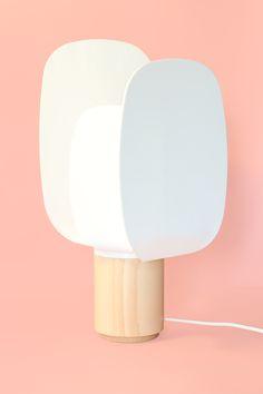 Ophelia es una lámpara que premite al usuario generar diferentes ambientes adaptando manualmente sus pantallas de la manera deseada. Gracias a esto se consigue un control de luz y el ambiente que ésta genera. Ophelia se alza elegante con el objetivo de no ser un simple envoltorio para una luz, sino una lámpara capaz de adaptarse a su usuario.