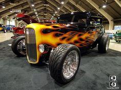 HOT RODS Los hot rods son automóviles que se caracterizan por tener motores modificados grandes o V8s, un diseño clásico ya sea roadster o no, neumáticos amplios o gruesos y arreglos muy llamativos, el orige...