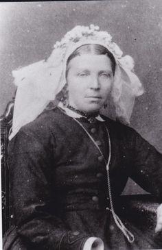 Nog een vroege poffer, klein en met de staartjes opzij. Ook zij draagt een slot met kralen, deze zijn donker, dus zal wel glasgranaten zijn. 1870