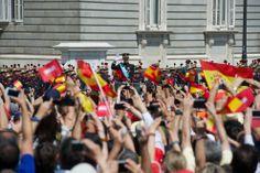 Coronación Felipe VI: Coronas, banderas, smartphones y la revista ¡HOLA! para aclamar a Felipe IV