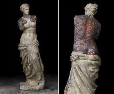 Artista italiano ricopre sculture classiche di tatuaggi