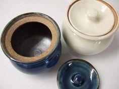 こちらの商品は出西窯の陶器です。 ふたつきのかわいらしい陶器です(*^_^*)私は色も形も気に入っています!! みなさま、だったらこの陶器に何を入れようかなって思いますか??  和田珍味にこの陶器をすでに使用しているスタッフがいるのですが、その中身は なんと…和田珍味のいかの塩辛を入れているそうです(^^)/ 考えましたねぇ~(^o^) ちょうど保存するのにもちょっとずつ食べるのにも便利だそうですよ!! おしゃれな陶器にいれると食卓も華やぎそうですね(^o^)出西窯の陶器