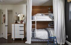 Transforme as camas num esconderijo acolhedor para as crianças brincarem e dormirem, com cortinados