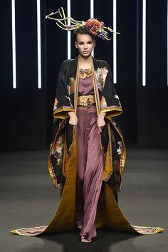 Summer to Winter Glam Cover-ups: Japanese Kimonos at Yumi Katsura Couture Fall Winter 2018 PFW. Look Fashion, Fashion Art, Fashion Show, Fashion Outfits, Womens Fashion, Fashion Design, Couture Fashion, Runway Fashion, Fashion Trends