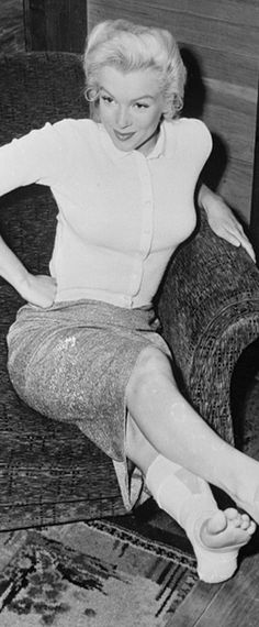 1953: Marilyn Monroe with a sprained taped up ankle …. #marilynmonroe #pinup #monroe #normajeane #iconic #sexsymbol #hollywoodlegend #hollywoodactress #1950s
