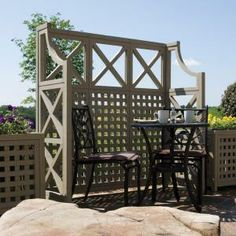 decorative trellis adds privacy to the garden for a seating area Ein dekoratives Spalier verleiht de Privacy Plants, Privacy Walls, Privacy Trellis, Privacy Screens, Back Patio, Backyard Patio, Backyard Ideas, Pergola Patio, Pergola Ideas