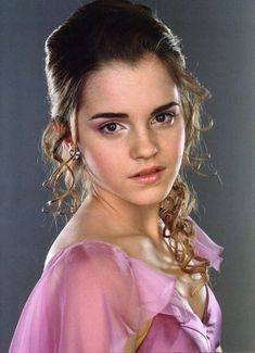 Hermione Granger - Harry Potter & the Goblet of Fire - Emma Watson Harry Potter Hermione Granger, Harry Potter 3, Fans D'harry Potter, Mundo Harry Potter, Images Harry Potter, Harry Potter Characters, Draco Malfoy, Hermione Hair, Hermione Dress