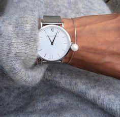 Vardagssmycke – Husligheter Klocka watch pearl bracelet grey knitted sweater armband pärlarmband stickad tröja