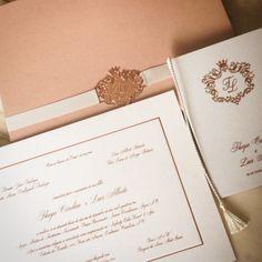 Convite luxo modelo caixa, papel com tingimento rosè, acabamento com cinta e placa banhada a ouro rosè com personalização do brasão, menus e missais capa livro em hotstamp metallic rosè - um luxo!