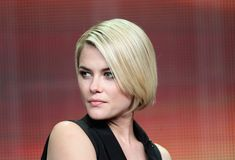Rachael Taylor Bob - We die over the sharp simplicity of Rachael's bob. Neutral Blonde, Bright Blonde, Blonde Streaks, Brown Blonde Hair, Light Brown Hair, Dark Brown, Trending Hairstyles, Short Bob Hairstyles, Latest Hairstyles